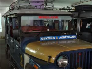 Shiva ou Om shanti (paix à tous) sont inscrits sur les jeeps des conducteurs hindous