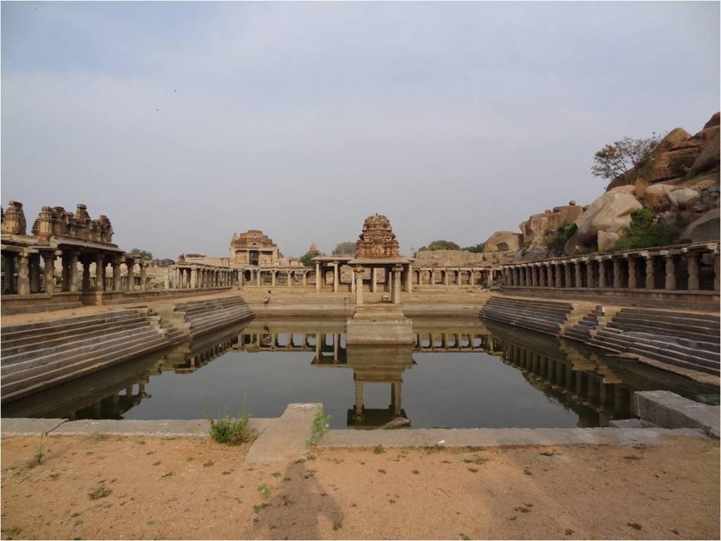 Inde Hampi bassin en face statue Krishna