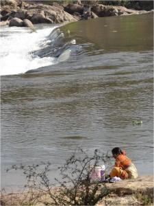 Inde Hampi femme bordure rivière