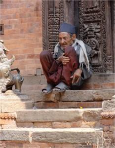 Népal Bakhtapur vieux sur escaliers