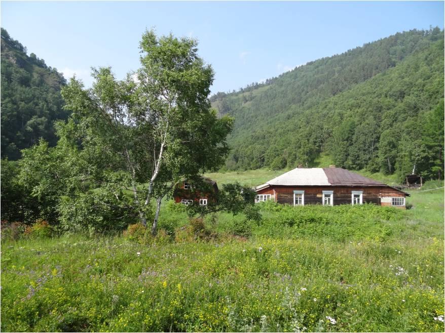 Le long du Circumbaïkal, de petits villages de maisons en bois, disséminées dans la forêt